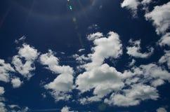 Subida del cielo azul y del sol de la nube Fotografía de archivo