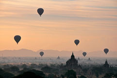 Subida del globo sobre Birmania bagan Imágenes de archivo libres de regalías
