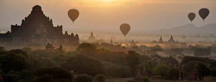 Subida del globo sobre Birmania bagan Imagenes de archivo