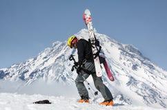 Subida del montañés del esquí en la montaña en el volcán del fondo Foto de archivo libre de regalías