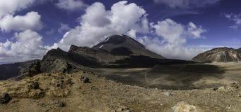 Subida del vulcano del alza del día de Tongariro fotografía de archivo