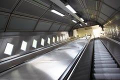 Subida en una escalera móvil en el subterráneo Fotografía de archivo