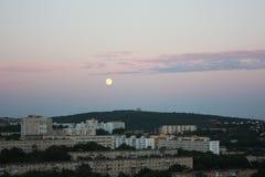 Subida grande de la luna fotos de archivo