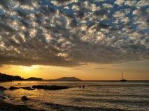 Subida hermosa del sol del barco de vela imagen de archivo libre de regalías