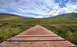 Subida a la montaña de Ingleborough por la trayectoria Imagenes de archivo