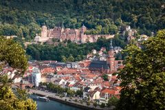 Subida a la trayectoria del ` s del filósofo con vistas al castillo de Heidelberg, Heidelberg, Baden-wurttemberg, Alemania foto de archivo libre de regalías