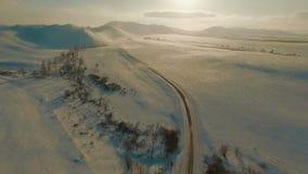 Subida sobre el camino del invierno almacen de video