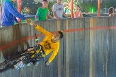 Subida y funcionamiento de la motocicleta en la pared del círculo Foto de archivo