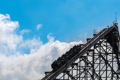 Subidas de la montaña rusa a través de las nubes Fotos de archivo libres de regalías