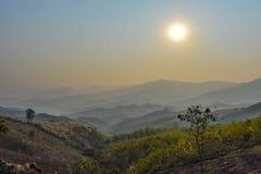 Subidas de la montaña y del sol Fotos de archivo libres de regalías