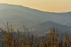 Subidas de la montaña y del sol Imagenes de archivo