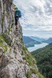Subidas del hombre en Drachenwand Ferrata, Austria, Europa imágenes de archivo libres de regalías