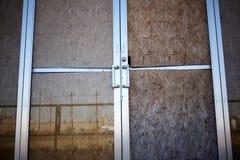 Subido encima de puertas de cristal dobles abandonadas Imagenes de archivo
