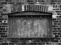 Subido encima de ventana en el edificio abandonado viejo Foto de archivo libre de regalías