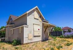 Subido encima del hogar perdido en ejecución de una hipoteca Imágenes de archivo libres de regalías