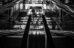 Subiendo, abajo escalera móvil en la opinión de perspectiva Imagen de archivo libre de regalías