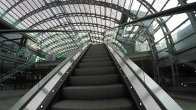 Subiendo en la escalera móvil en la estación de tren de Torino, Italia metrajes
