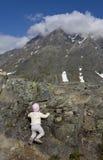Subir la montaña Imagenes de archivo