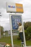 Subir los precios de la gasolina en una estación de Mobil en New Hampshire Imágenes de archivo libres de regalías