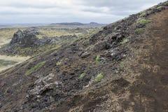 Subir un cráter en Islandia Foto de archivo