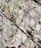 Subir una cara escarpada de la roca Imagen de archivo