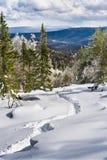 Subir una montaña en la nieve Imagenes de archivo