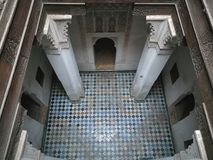 Sublieme Arabische ruimte in Madrasa van Ben Youssef, Marrakech stock afbeelding
