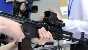 Submachine πυροβόλο όπλο στην επιτραπέζια κινηματογράφηση σε πρώτο πλάνο απόθεμα βίντεο