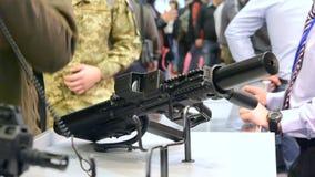 Submachine πυροβόλων όπλων πυροβόλων κινηματογράφηση σε πρώτο πλάνο τουφεκιών ελεύθερων σκοπευτών απόθεμα βίντεο