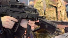 Submachine πυροβόλων όπλων πυροβόλων κινηματογράφηση σε πρώτο πλάνο τουφεκιών ελεύθερων σκοπευτών φιλμ μικρού μήκους