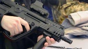 Submachine πυροβόλων όπλων πυροβόλων μεγάλα -μεγάλος-caliber όπλα τουφεκιών ελεύθερων σκοπευτών απόθεμα βίντεο