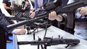 Submachine τουφεκιών ελεύθερων σκοπευτών πυροβόλο όπλο στον πίνακα φιλμ μικρού μήκους