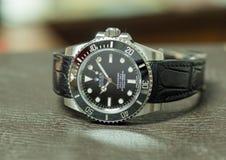 Submarinista de Rolex nenhuma data na tabela de couro Fotografia de Stock Royalty Free