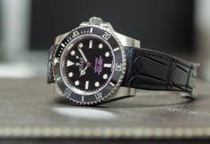 Submarinista de Rolex nenhuma data na tabela de couro Fotos de Stock