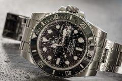 Submarinista de Rolex Vista detalhada de um icônico, suíço-feita homens o ` s mergulhadores mecânicos relógio foto de stock
