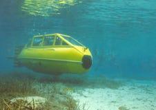 Submarino amarelo secundário molhado de dois homens imagem de stock