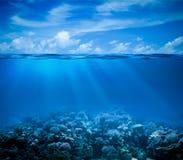 Submarino con horizonte y la superficie del agua Foto de archivo