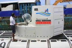 Submarino da baleia no porto do homem imagens de stock