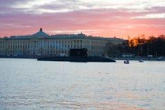 Submarino do russo na perspectiva da construção da academia das artes na noite de maio Preparação para Victory Da Fotografia de Stock