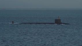 Submarino por encima de la superficie nuclear en el mar abierto almacen de metraje de vídeo