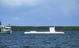 Submarino y barcos blancos Fotos de archivo