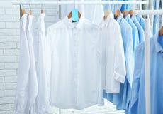 Submeta com roupa limpa em ganchos após lavar a seco imagens de stock royalty free