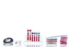 Submeta com sangue de diversos tubos, placas petri e as amostras de urina do fundo no laboratório Foto de Stock