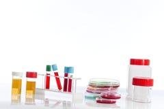 Submeta com sangue de diversos tubos, placas petri e as amostras de urina do fundo no laboratório Imagens de Stock