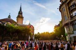 Subotica Serbien - Augusti 15, 2018: Subotica huvudsaklig fyrkant med lokaler som firar skördsäsongen, Duzijance dag royaltyfria foton