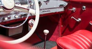 Subotica Serbien-Juni 05,2016: Lyxig inre i Mercedes SL från 1964 på den offentliga årliga gamla tidmätaren Royaltyfri Bild