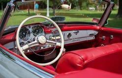 Subotica Serbien-Juni 05,2016: Mercedes SL från 1964 på den offentliga årliga gamla tidmätaren Arkivfoton