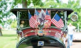Subotica, Servië-Jun 05.2016: Buick met Amerikaanse vlaggen op Jaarlijkse oude tijdopnemerauto toont Stock Foto