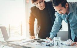 Subrayan a los hombres de negocios sobre su trabajo en la oficina imagen de archivo libre de regalías
