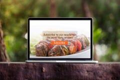 Subscribtion del blog de la comida en concepto del ordenador portátil/de la pantalla de ordenador Fotos de archivo